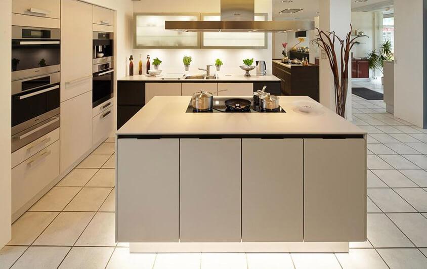 Die siematic s3 in sterlinggrau ist eine moderne küche mit großer kochinsel und ofen auf arbeitshöhe