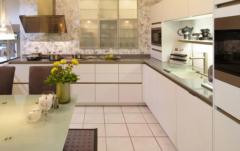 Die siematic s2 ist eine großzügige küche in weiß mit grifflosen staumöglichkeiten